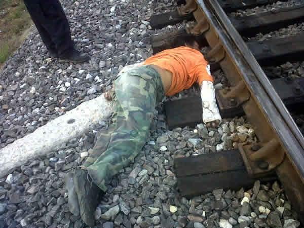 アーミーズボンを履いた列車への飛び込み自殺者の死体