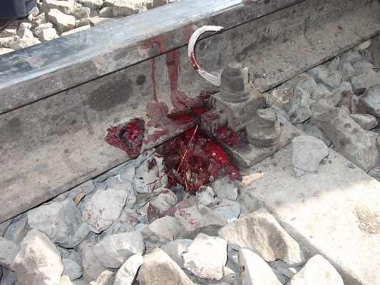 レールの内側に残された血痕