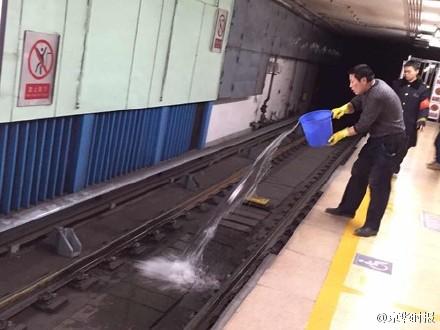 水で電車への飛び込み自殺者の血液を洗い流す様子