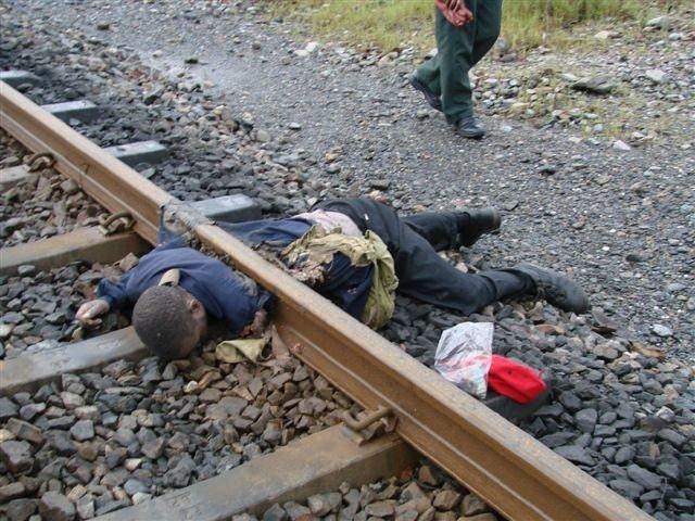 綺麗に胸で轢断された電車への飛び込み自殺