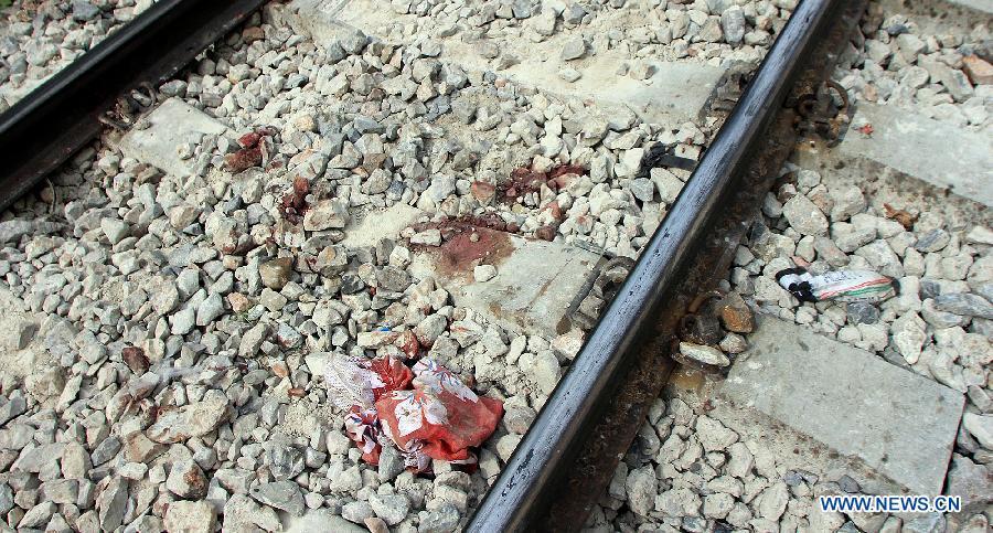 線路のレールの間に残された血痕