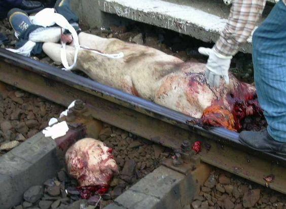 裸で死んでいる白人の飛び込み自殺者の死体