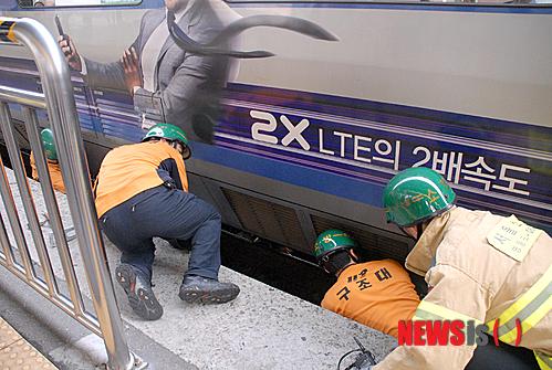 電車の下に潜り込んだ人を救出する様子