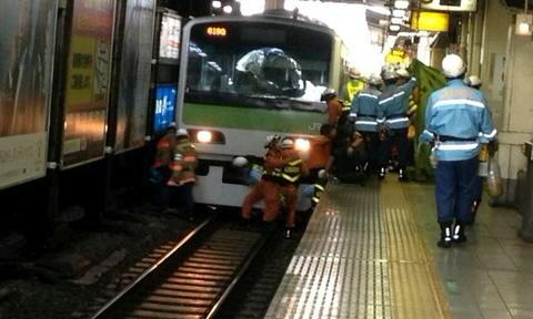 電車の下に潜り込んだ遺体の搬出の様子