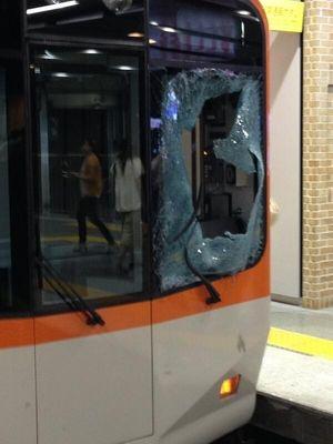 電車の窓が飛び込み自殺によりバラバラに割れた様子