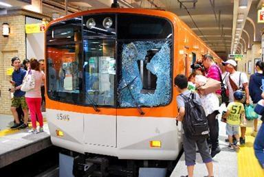 電車の窓が飛び込み自殺者のせいで割れた様子
