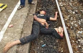 電車へ飛び込み自殺して身体が曲がった飛び込み自殺者の死体