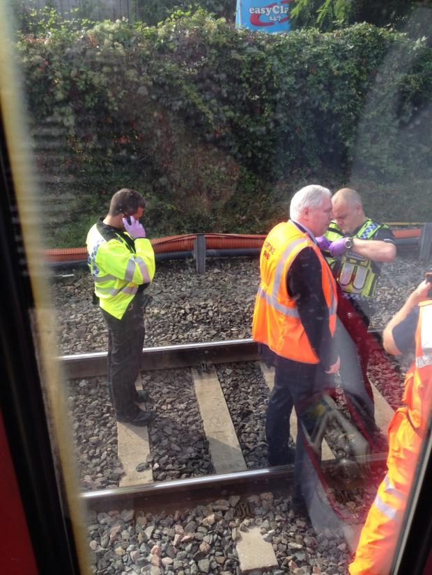 電車内から撮影した人身事故現場の外の様子