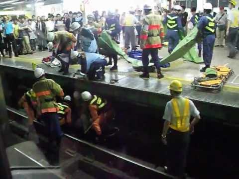 飛び込み自殺した後の駅のレールの現場検証